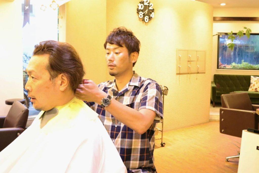 ヘアープロデュースSyanka(しゃんか)で、オーナー前羽さんにカットをしてもらう平澤Dr.